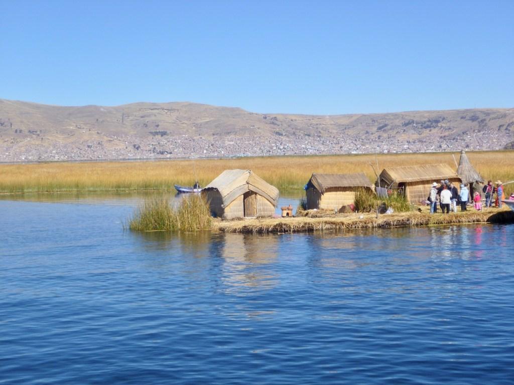 hügelige Landschaft mit schwimmendem Dorf auf dem Titicaca-See - Peru