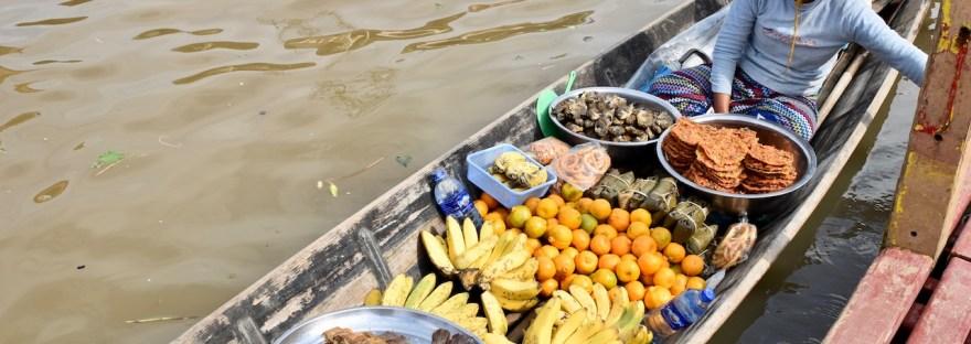 Die 25 leckersten Gerichte, von denen eine Verkäuferin im Boot bestimmt mindestens eins verkauft. Auf dem Inle See in Myanmar.