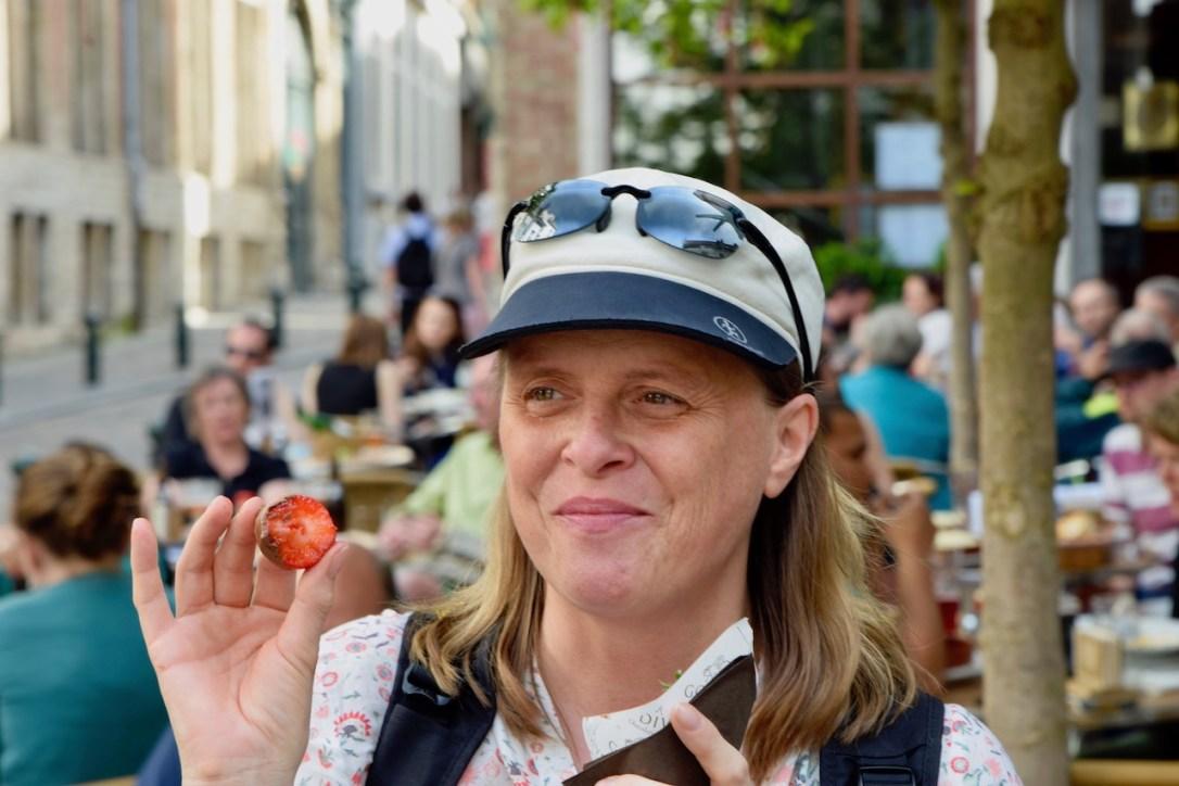 Über mich - Ich mit einer angebissenen Erdbeere in der Hand.