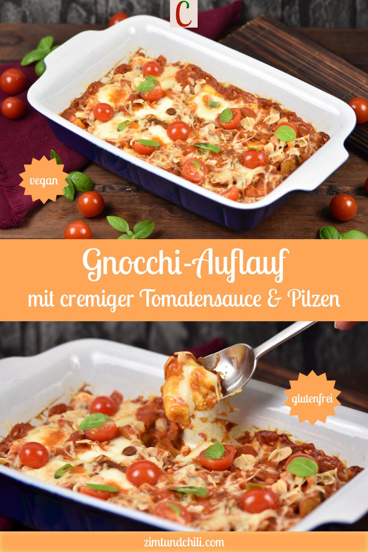 Gnocchi-Auflauf in cremiger Tomatensauce mit Pilzen und Cocktailtomaten in einer Auflaufform. Hintergrund dunkel. Beschrifteter Pin mit zwei Fotos.