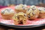Pumpkin Spice Muffin mit Chocolate Chips auf roten Teller. Hintergrund dunkel