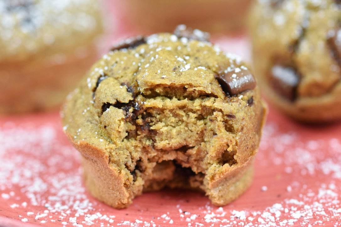 Pumpkin Spice Muffins mit Chocolate Chips auf roten Teller. Nahaufnahme