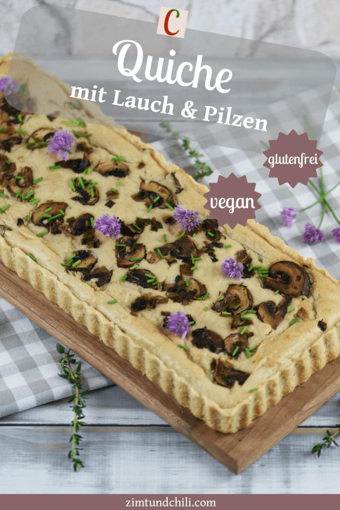 Längliche Quiche mit Lauch in Pilzen, garniert mit Schnittlauchblüten. Hintergrund hell. Beschrifteter Pin.