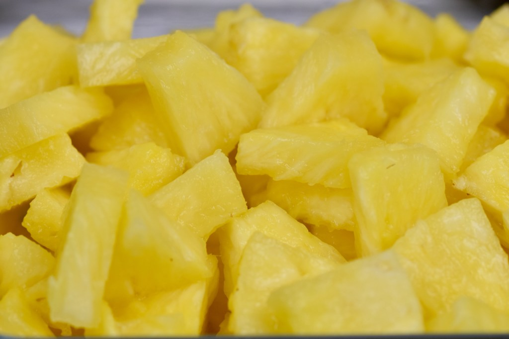 Ananas in Stücke geschnitten. Nahaufnahme.