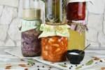 Einmachgläser gefüllt mit verschiedenen Fermenten der wilden Fermentation. Hintergrund hell.