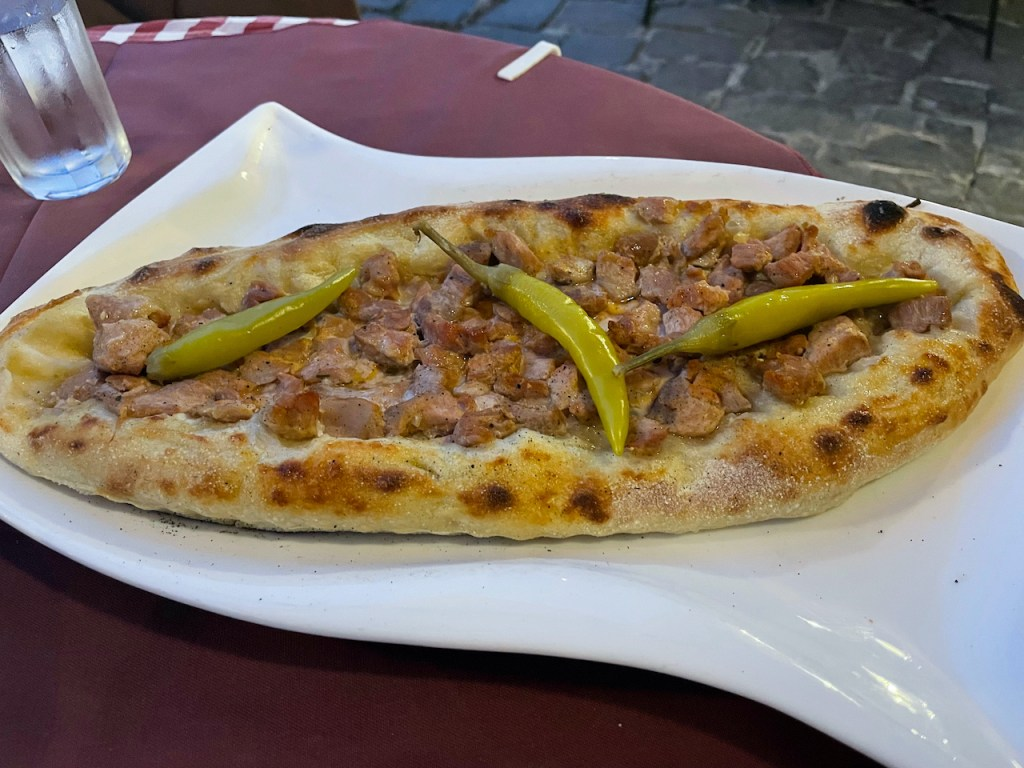 Essen und Trinken in Mazedonien - Pastrmajlija, die mazedonische Pizza