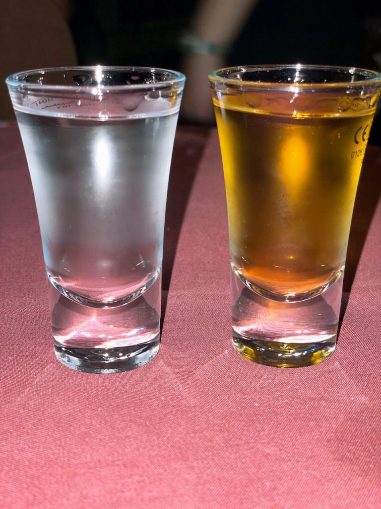 Essen und Trinken in Mazedonien - 2 verschiedene Rakija im Glas