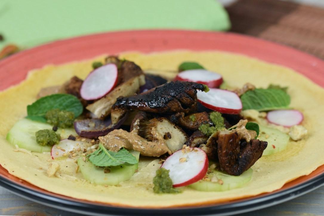 Pilz-Shawarma mit Tortilla auf rotem Teller.