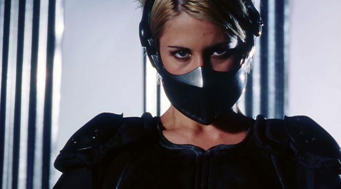 Policía de acero (1995), ella es demoledora