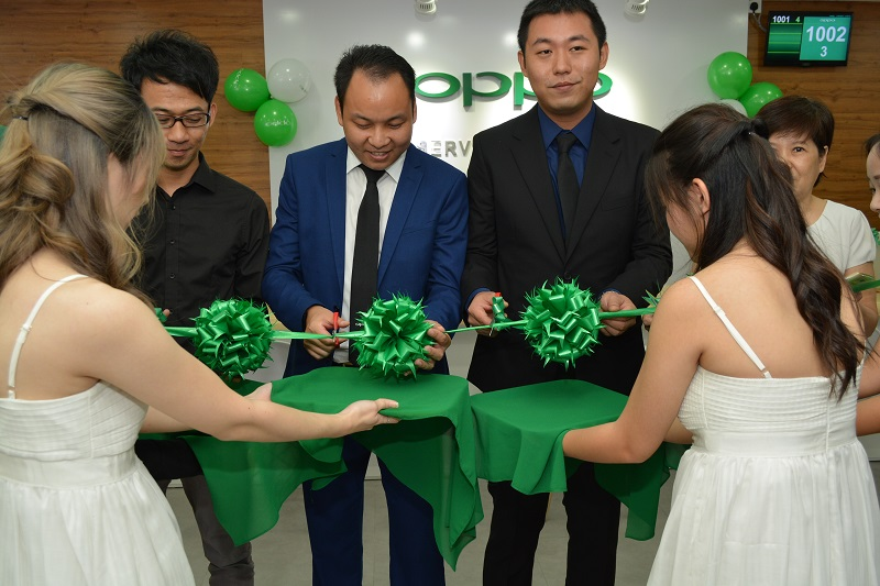 William Fang, Chief-Executive-Officer of OPPO Malaysia and Garry Gong, Sales Director of OPPO Malaysia at the opening