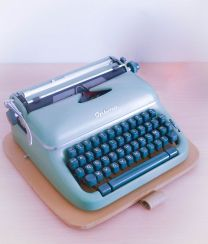 https://zitahome.wordpress.com/2016/01/13/une-machine-a-ecrire/