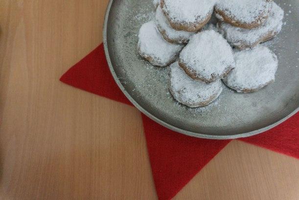 Kourabiedes - griechisches Weihnachtsgebäck mit Mandeln und Puderzucker