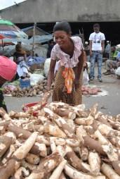 Salma Abdallah akichagua miogo katika Soko la Buguruni, jijini Dar es Salaam