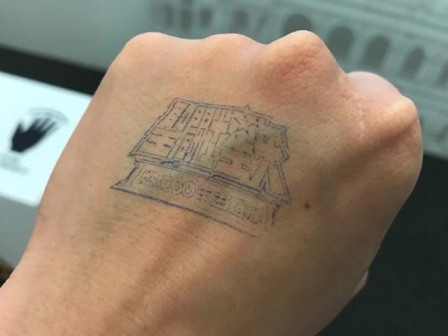 連入場的手章都是聖鬥士星矢燃燒30年主題展的樣式。