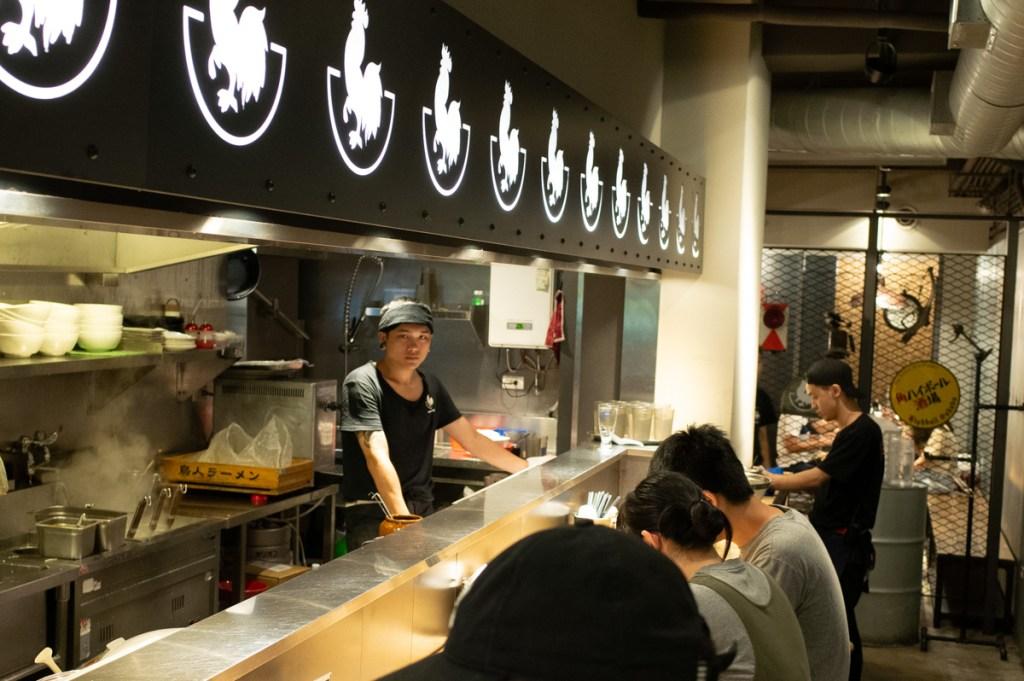 這間鳥人拉麵 Totto Ramen 營業到零晨4點(週日、週一只到晚上10點),半夜肚子餓想覓食的人可以考慮一下。