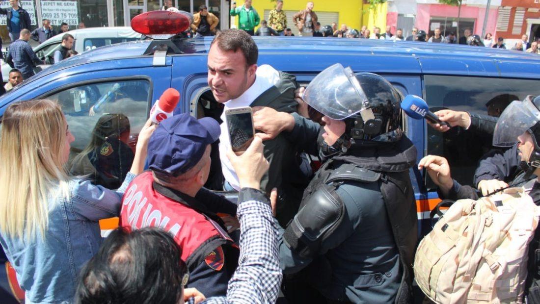Gjykata pushon 1 nga procedimet për protestat e kryera në Unazën e Re. ndaj ish-deputetit Klevis Balliu - Zjarr.tv