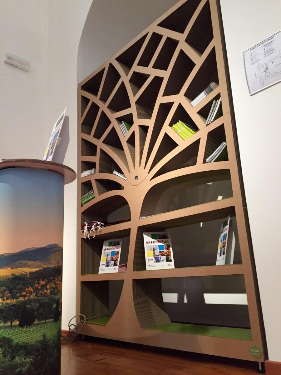 Półka w kształcie drzewa  z tektury