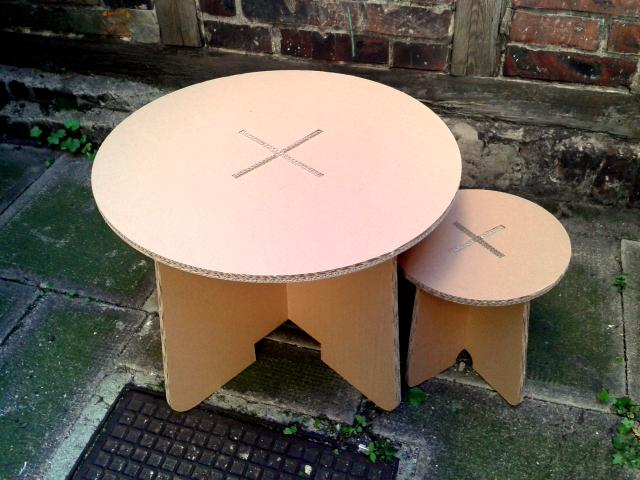 Stolik i taboret z kartonu - 2