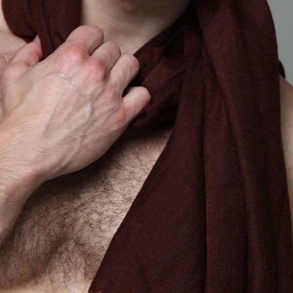 Pashmina shawl Bordeaux colour from ZLC- Ulrik is the model - Details
