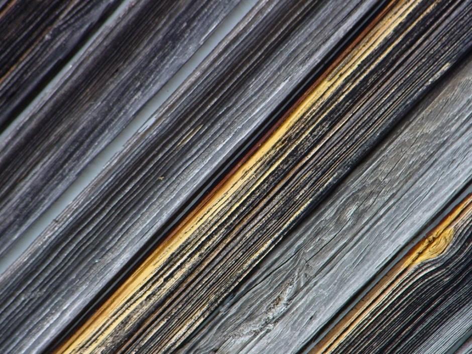 foto - zdevastované dřevo před použitím přípravku PLUS čistič a odšeďovač dřeva