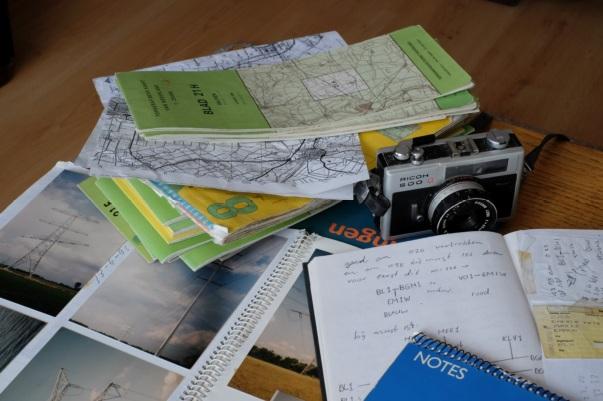 Notitieblokken, kaarten en een fototoestel