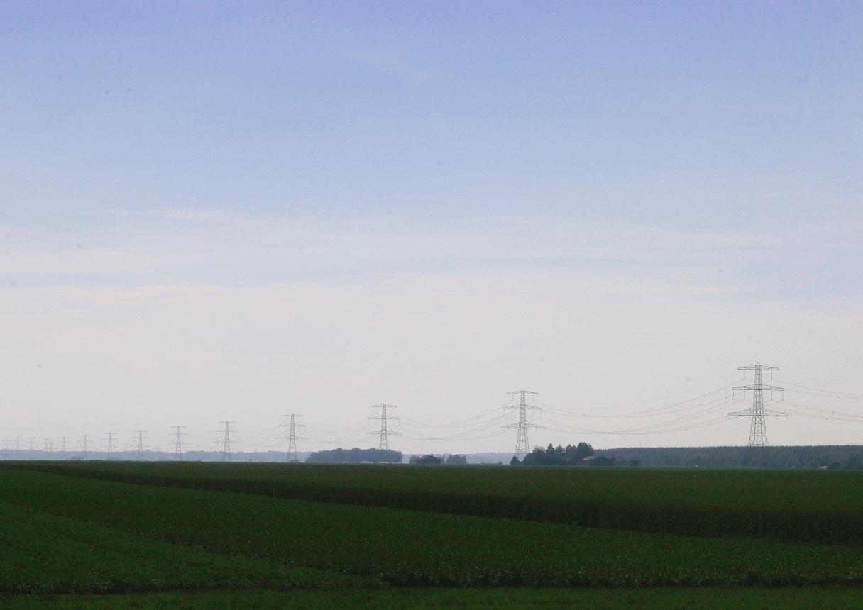 Land, lucht, en hoogspanningslijnen. Veel meer is er niet.
