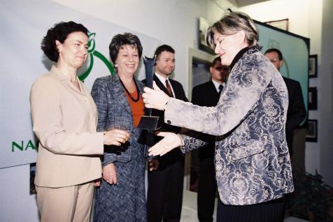 Dr Ewa Chlebus wręcza pierwsze statuetki m.in. dr Irenie Eris (2004)