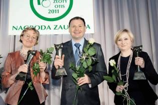 Bogdan Gajewski, laureat Nagrody Zaufania Złoty OTIS 2011 zlaureatkami wkategorii media izdrowie: red. Katarzyną Pinkosz (zlewej) ired. Moniką Zalewską (zprawej)