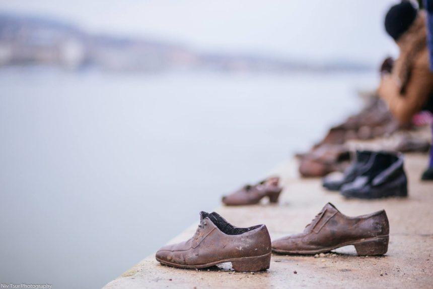 אנדרטת הנעליים על גדות נהר הדנובה — ב-Shoes on the Danube Promenade Memorial.