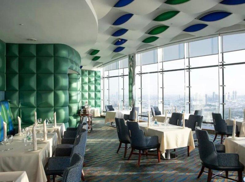 חדר אוכל במלון בורג׳ אלערב דובאיי
