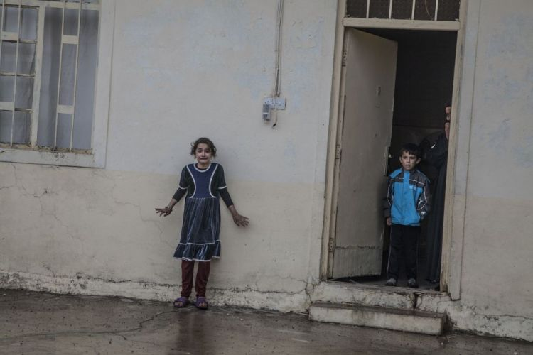 Premiul I Categoria General News © Laurent Van der Stockt, Getty Reportage for Le Monde Title: Offensive On Mosul: Mosul, November 2, 2016 The Iraqis Special Operations Forces (Isof 1, Golden Division, ISF) are searching houses of Cogjali, a eastern district of Mosul, looking for Daesh members, equipment and evidences. Young and adult men are quickly interviewed. Most of the time, civilians feel insecure while fighters of isof, still under the threat of snipers and car bombs, feel being in hostile territory. Photo Laurent van der Stockt / Getty Reportages Cogjali, Mossoul, le 2 novembre 2016 Des forces spŽciales de Isof 1 (Golden Division, ICTF), encore sporadiquement pris pour cible par des snipers, parcourent les rues de Cogjali et cherchent la prŽsence de membres de Daesh maison par maison. Les jeunes hommes et les adultes sont d'abord sommairement questionnŽs.  Dans beaucoup de situations, les habitants se sentent en insŽcuritŽ pendant que les membres des ICTF menacŽs par les snipers et les voitures suicides sont en terrain hostile. Photo Laurent Van der Stockt
