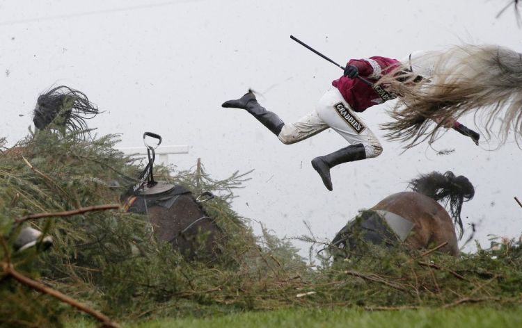 Premiul I Categoria Sports Single © Tom Jenkins, The Guardian Title: Grand National Steeplechase: Jockey Nina Carberry flies off her horse Sir Des Champs as they fall at The Chair fence during the Grand National steeplechase during day three of the Grand National Meeting at Aintree Racecourse on April 9th 2016 in Liverpool, England.