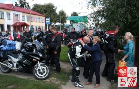 Powitanie rajdowców przed domem pani Weroniki w Skidlu