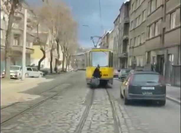 Небезпечне катання у Львові, скріншот з відео