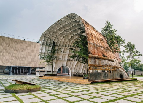templ-shinslab-temporary-temple-seoul-south-korea-museum-courtyard-recycled-cargo-ship-parts-sugar-salt-pepper_dezeen_1568_13