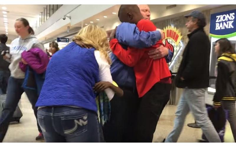 白人夫妻領養黑人兄弟卻被迫拆散 3年後「機場重逢」超感人