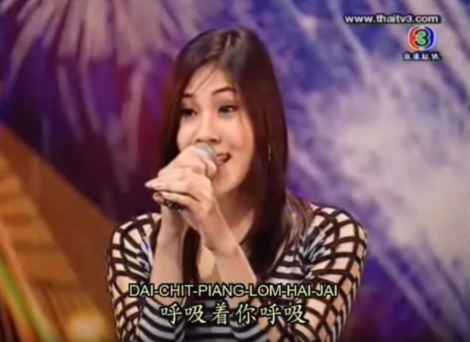 正妹上臺「甜美清亮嗓音」驚豔全場 但當她唱到第二首時「秒變男聲」驚人轉換讓大家都聽呆了