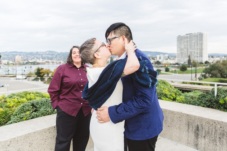 couple kissing at outdoor ceremony at oakland museum of ca