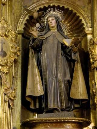 Escultura de Santa Teresa de Jesús en el interior de la iglesia.