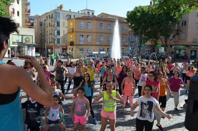 Bailando zumba en la Plaza del Oeste para sensibilizar sobre el cáncer de ovarios