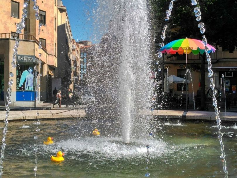 Sombrillas-y-patos-de-goma-en-la-fuente-de-la-Plaza-del-Barrio-del-Oeste.
