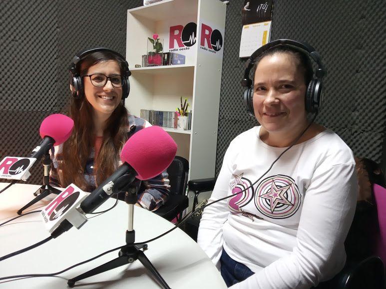 """Blanca y Lourdes durante la grabación del podcast sobre la actividad """"Cocinamos Juntos""""."""
