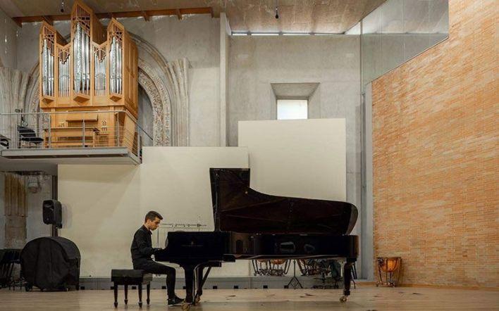 Hugo Curto tocando el piano en el Conservatorio