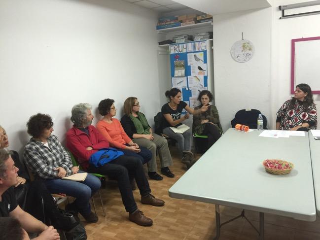 Participantes en la charla de Cáritas