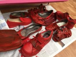 Zapatos teñidos de rojo