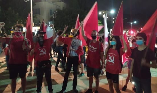 """אלפים מחו נגד שלטון הימין ברחבי ת""""א; בחולון שוב הותקפו המפגינים בידי תומכי ביבי"""