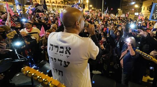 """עו""""ד ברק כהן נחקר במשטרה בעקבות שיר ששר במוצ""""ש בהפגנה בבלפור"""