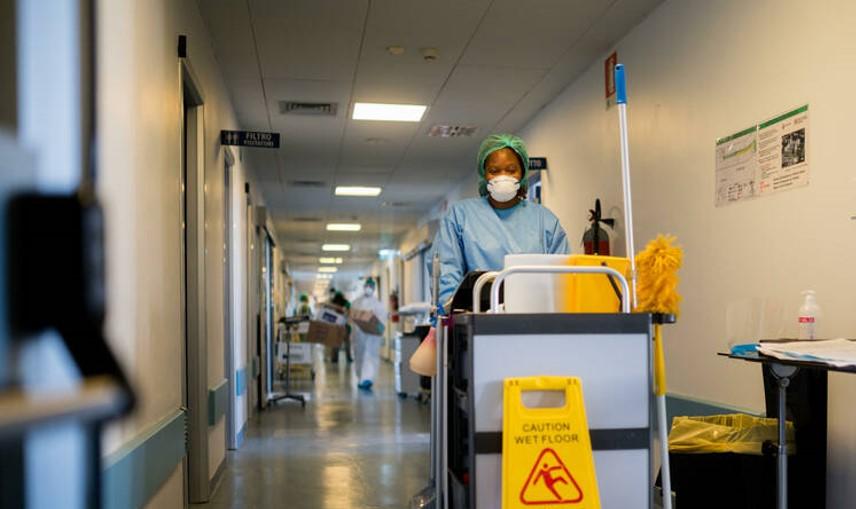 בחסות הקורונה ובניגוד להסכמים: אלפי עובדי ניקיון בבתי חולים מועסקים באמצעות חברות קבלן