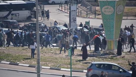 """אלימות משטרתית נגד מפגינים באום אל-פחם; ח""""כ ג'בארין נפגע בגבו"""