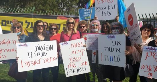 """מחוץ לכנסת הפגינו נגד ממשלת הימין, שנאת נשים והומופוביה; בתוך המשכן מחו הח""""כים של המשותפת"""